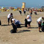 Mutirão de limpeza envolve moradores e visitantes de Balneário Arroio do Silva